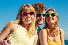 Соберите девушек мальчика 2 друзей имея потеху внешнюю Стоковое фото RF