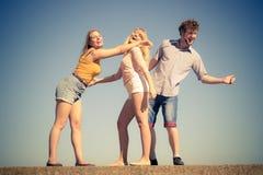 Соберите девушек мальчика 2 друзей имея потеху внешнюю Стоковые Фотографии RF