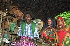 Соберите девушек портрета Afar с матерью в плохом доме стоковое изображение