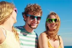 Соберите девушек мальчика 2 друзей имея потеху внешнюю Стоковое Изображение RF