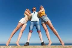 Соберите девушек мальчика 2 друзей имея потеху внешнюю Стоковые Изображения