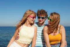 Соберите девушек мальчика 2 друзей имея потеху внешнюю Стоковое Фото