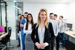 Соберите изображение команды дела представляя в офисе Стоковая Фотография RF