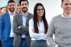Соберите изображение команды дела представляя в офисе Стоковое фото RF