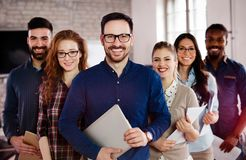 Соберите изображение команды успешных и уверенно дизайнеров стоковое изображение