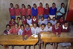 Соберите портрет ребеят школьного возраста в классе, Кении стоковая фотография rf