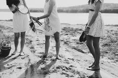 Соберите подруг og говоря в парке, дне осени солнечном Стоковое фото RF