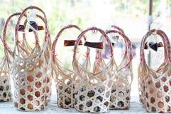 Соберите плетеную круглую бамбуковую корзину для яичек триперсток стоковая фотография rf