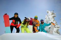 Соберите счастливых друзей имея потеху на лыжном курорте Sheregesh Стоковые Изображения RF