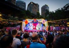 Соберите танец выполняя на этапе на китайский Новый Год и празднуя год собаки на утесах, Сиднея стоковое фото