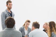 Соберите терапию в встрече сидя в круге стоковые фото
