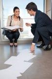 соберите упаденную документами помогая женщину человека Стоковое Изображение RF
