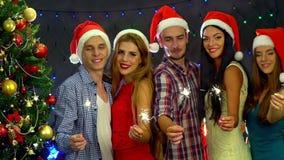 Соберите людей в танцах шляпы Санты в ночном клубе Нового Года движение медленное сток-видео