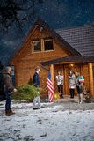 Соберите людей на горе подготавливая дом на Новый Год стоковое изображение rf