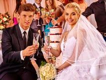 Соберите людей около таблицы свадьбы представляя на камере стоковая фотография rf