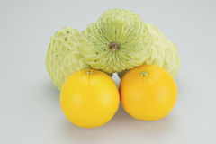 Соберите яблоко и апельсин заварного крема на белой предпосылке Стоковые Изображения
