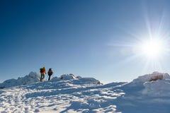 Соберите hikers в горах зимы, красивом ландшафте Стоковое Изображение