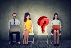 Собеседование для приема на работу дела людей ждать с одним пустым стулом вопросительного знака Стоковые Фото