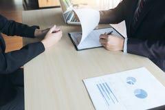 Собеседование для приема на работу, молодые привлекательные исполнительные власти укомплектовывает личным составом читать ее resu Стоковая Фотография RF