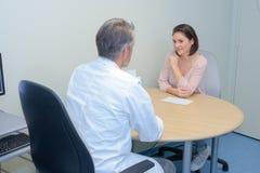 Собеседование для приема на работу с боссом и работником Стоковые Изображения