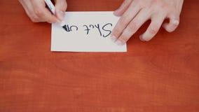 Собеседник рисует слова закрытые вверх
