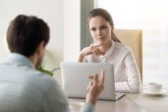 Собеседование для приема на работу молодой коммерсантки проводя или говорить к busin Стоковые Фотографии RF