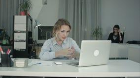 Собеседование для приема на работу привлекательного специалиста по набору персонала проводя используя компьтер-книжку сток-видео