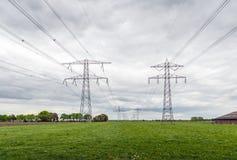 Собирательные высоковольтные кабели и стальные опоры в agricultur стоковое изображение rf