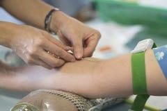 Собирать кровь от пациента Стоковое Изображение