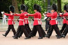 Собирающся толпой церемония цвета, Лондон Великобритания Солдаты маршируя в унисон стоковое фото rf