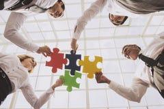 собирая белизна головоломки людей зигзага бизнес-группы Стоковая Фотография