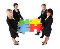 собирая головоломка людей бизнес-группы Стоковые Изображения