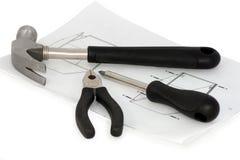 собирая инструменты листа инструкции мебели Стоковые Изображения RF