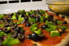 Собирая домодельная пицца Veggie Стоковая Фотография RF