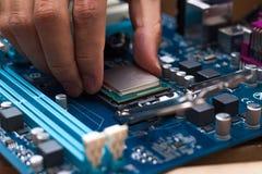 Собирая персональный компьютер высокой эффективности стоковая фотография rf