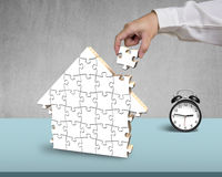 Собирая пустые деревянные головоломки в форме дома Стоковое Изображение