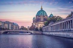 Собор Берлина на реке на заходе солнца стоковое изображение