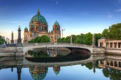 Собор Берлина отраженный в реке оживления Стоковое Изображение RF