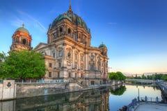 Собор Берлина отраженный в реке оживления Стоковая Фотография