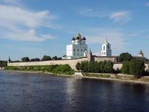 Собор большой и святой троицы реки в Пскове Стоковые Изображения RF