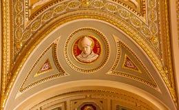 Собор Будапешт Венгрия Stephens Святого статуи епископа Альберта большой Стоковая Фотография