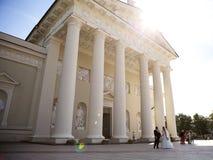 Собор Вильнюса, свадьба, Литва, лето, старый городок Вильнюс, день лета солнечный Стоковое Фото