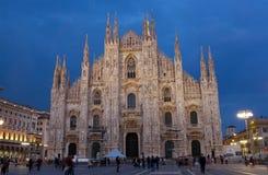 Собор в милане (di Милане Duomo) на заходе солнца Стоковое Изображение
