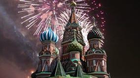 Собор заступничества большинств святого Theotokos на виске рова базилика благословлять и фейерверк, красная площадь, Москва видеоматериал