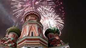 Собор заступничества большинств святого Theotokos на виске рова базилика благословлять и фейерверк, красная площадь, Москва сток-видео