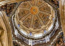 Собор Испания Саламанки каменных статуй святого духа купола новый Стоковые Фото
