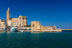 Собор и бастион Trani Apulia Италия стоковое изображение