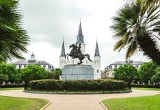 Собор и Джексон Сент-Луис придают квадратную форму, историческое и туристическая достопримечательность Нового Орлеана Луизиана, С Стоковые Фото