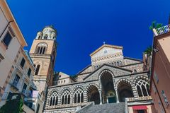 Собор и колокольня Амальфи в городке Амальфи, Италии стоковая фотография rf