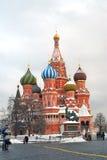 Собор и памятник базилика St к Minin и Pozharsky на красной площади в Москве в зиме Стоковые Изображения